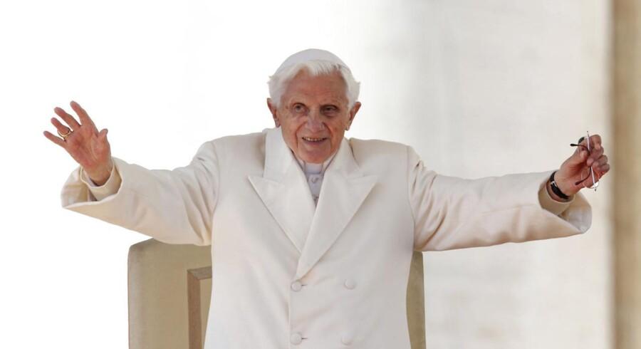 Pave Benedikt XVI holdt onsdag formiddag sin sidste tale som overhovedet for verdens 1,2 milliarder katolikker. Foran den kæmpe folkemasse samlet på Peterpladsen, afholdt han en sidste følelsesladet tale. Torsdag er han ikke længere pave.