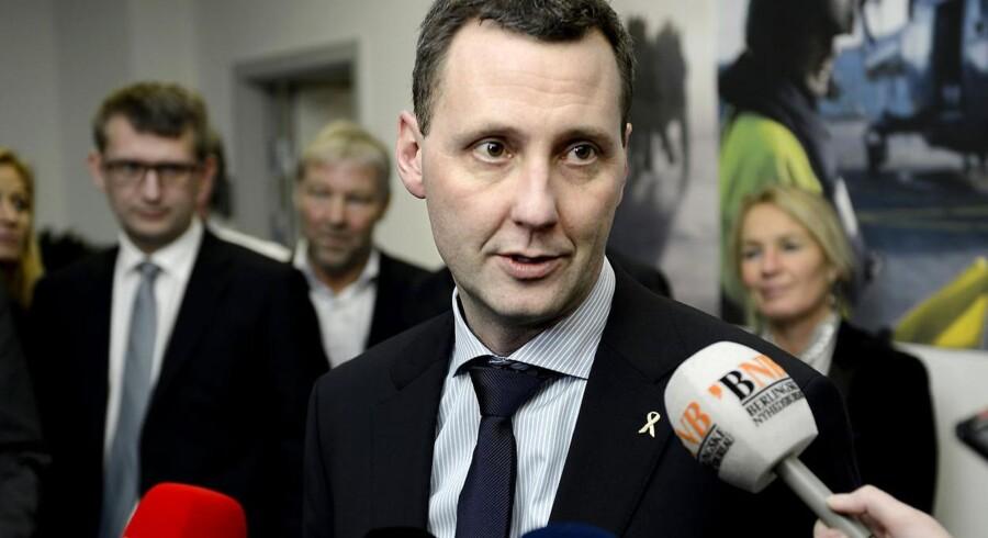 Chefen for Flyvertaktisk Kommando, general Henrik Røboe Dam, kræver, at forsvarsminister Nick Hækkerup (S) (foto) trækker en udtalelse tilbage, som beskylder generalen for at »fiflet« med fangetallet fra Irak.