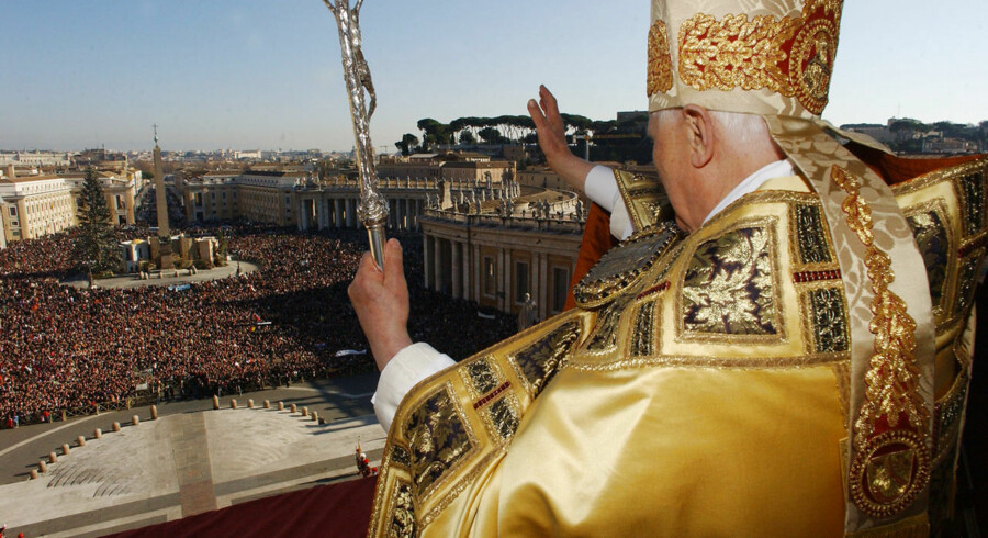 """Pope Benedict XVI blesses the pilgrims and faithfull from the main balcony of St-Peter ´s basilica at the Vatican, during his traditional Christmas """"Urbi et Orbi"""" (to the city and the world) message, 25 December 2006. The pontiff made a fresh appeal for a """"just and lasting peace"""" in the Middle East. AFP PHOTO / POOL / OSSERVATORE ROMANO"""