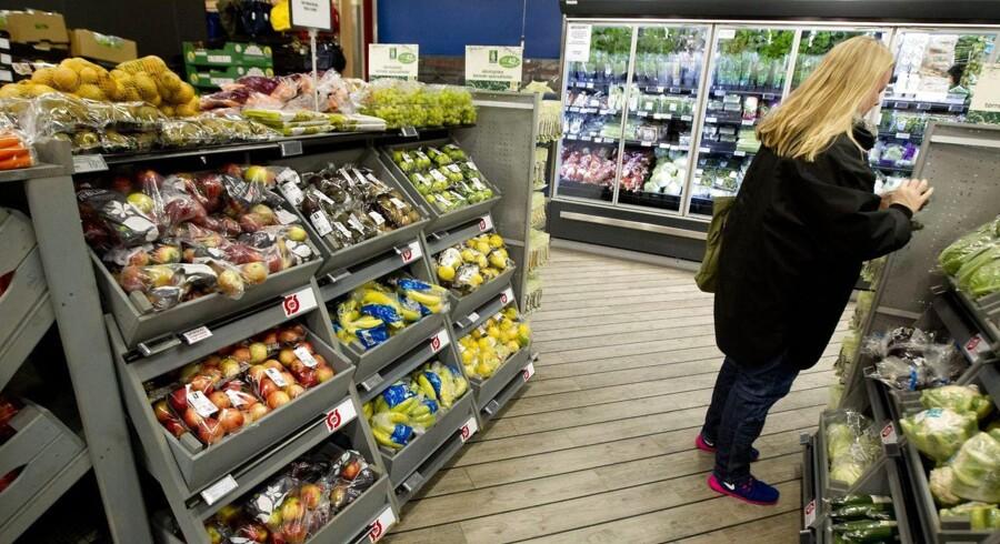 Danmark melder sig nu ind i den klub af lande, der har faldende priser eller deflation, som det også kaldes. Det er første gang siden januar 1954, at forbrugerpriserne i Danmark falder målt i forhold til samme måned året før.