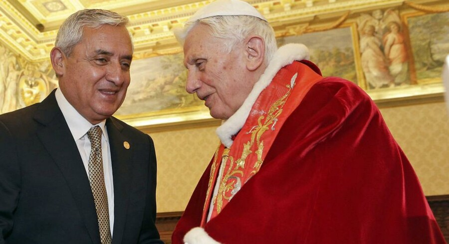 Pave Benedict XVI møder Guatemalas præsident Otto Perez Molina til audiens i Vatikanet 16. februar 2013.
