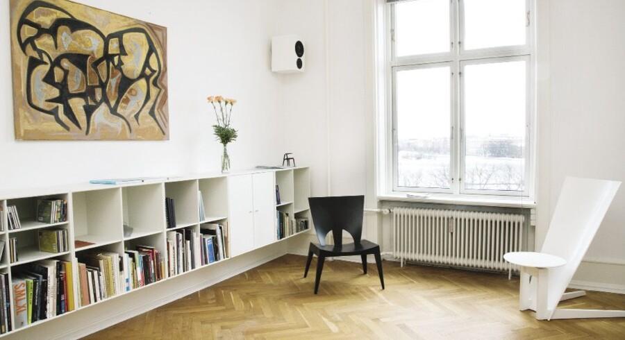 Troels Grum-Schwensens lejlighed er primært møbleret med egne designs. Her ses to skulpturelle, eksperimenterende stole-prototyper.