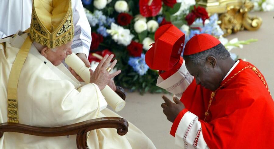Kardinal Peter Kodwao Appiah Turkson, der her møder pave Benedikts forgænger, pave Johannes Paul II, nævnes som mulig efterfølger på paveposten.