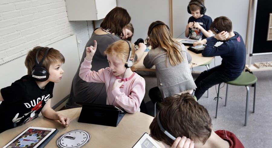 IPads er en af de ting, lærerne planlægger at bruge i vinterferieundervisningen på Ejby Skole. De skal blandt andet fungere som kamera til den planlagte vægavis, som eleverne skal producere.