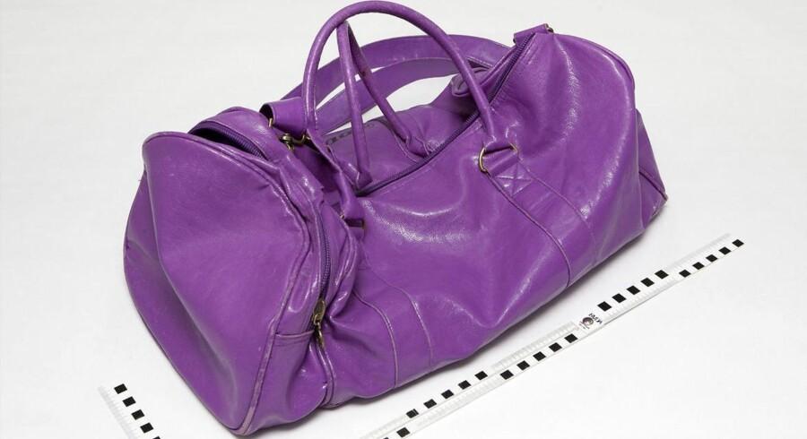 Politiet vil gerne høre fra folk, der kender til en slidt lilla sportstaske af mærket Dunlop og to håndklæder.