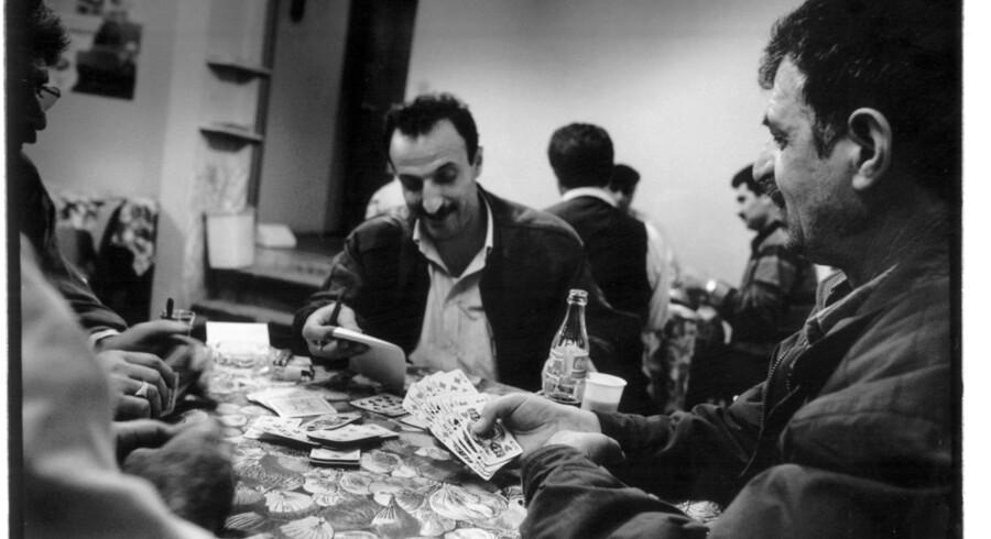 Arkivfoto. Tyrkiske indvandrere bliver i dag skilt lige så ofte som danskere. Om nogle af mændene i den tyrkiske kortklub på billedet er skilt, vides ikke, men sandsynligheden er markant større i dag end for 30 år siden.