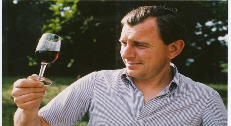 Peter Vinding-Diers vurderer vinen på Rahoul. Alle fotos stammer fra bogen.