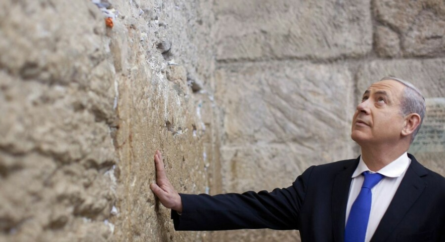 Israels premierminister Benjamin Netanyahu beder før valget.