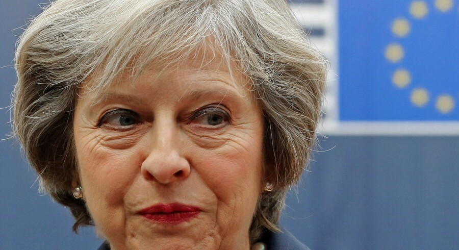 - Jeg er her med en meget klar besked. Storbritannien forlader EU, siger den britiske premierminister, Theresa May, ved ankomsten til sit første EU-topmøde. Reuters/Yves Herman