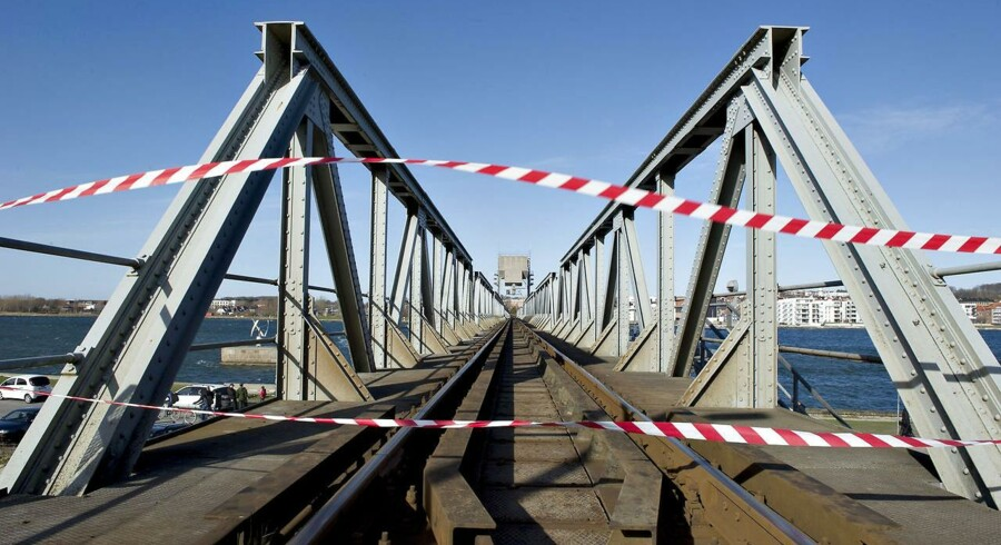 Jernbanebroen i Aalborg blev påsejlet på broklappen af det finske skib Ramona, og jernbaneforbindelsen har været ude af drift i knap 10 måneder.