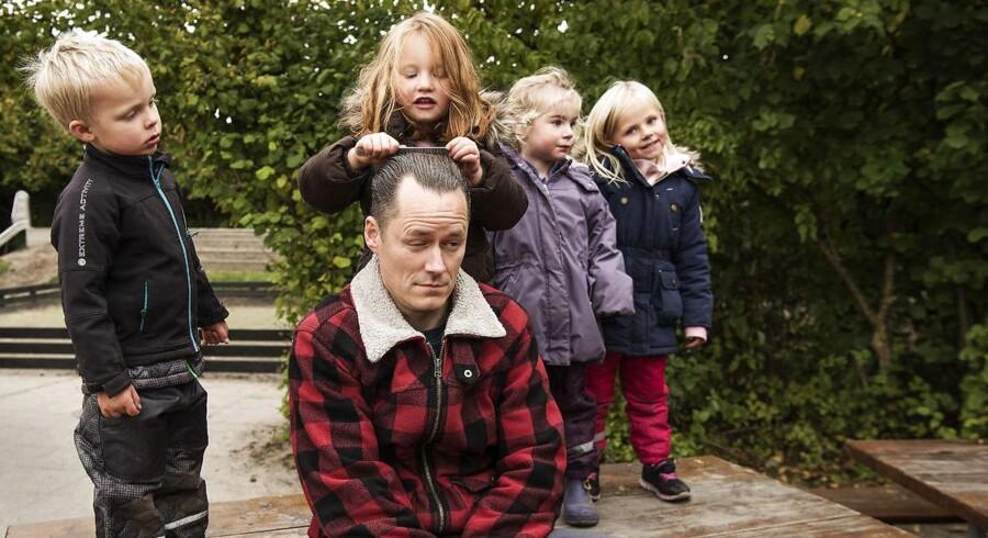 42-årige Niels-Peter Henriksen er pædagog i Legehuset Regnbuen i Aarhus forstaden Tranbjerg. Sammen med Niels-Peter er det Løkke i blå jakke, Ida i brun jakke, Emilie i lilla jakke og Benjamin.