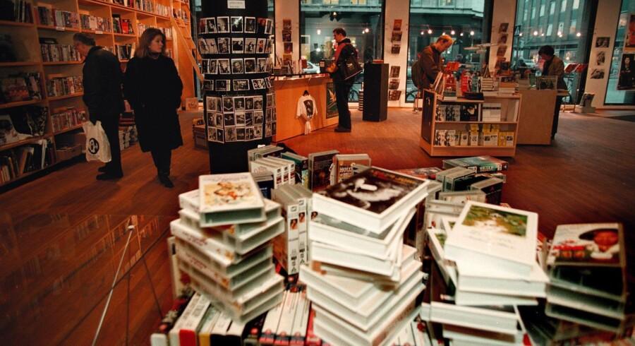 » I Danmark skal litteraturen ud over en meget høj momssats og fraværet af en karensperiode også overvinde den udfordring, at dansk er et meget lille sprogområde. Det er svært at sælge så mange bøger på dansk, at det er en god forretning,« skriver Bjarke Larsen.