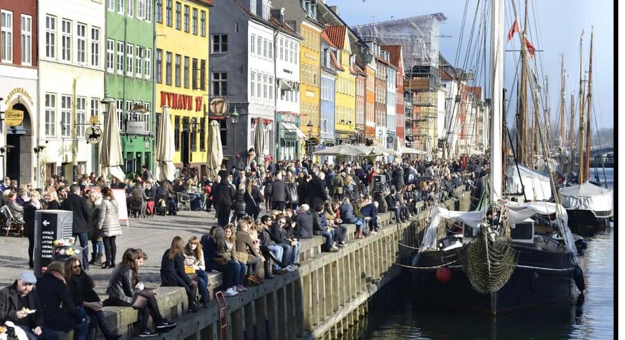 Københavnere og turister nyder solen i Nyhavn..