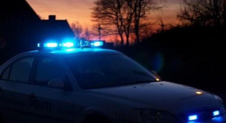 Tre mænd er blevet varetægtsfængslet efter en voldsom biljagt, hvor en patruljevogn fik smadret forruden og en betjent fik glassplinter i øjnene. Arkivfoto. Free/Www.colourbox.com