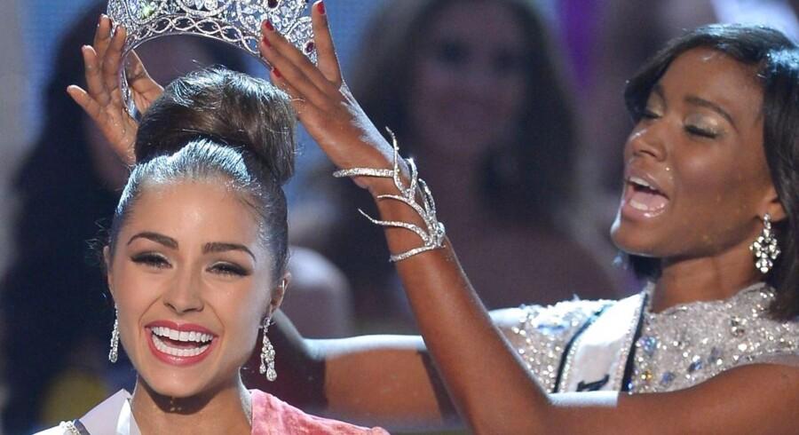 Miss USA, Olivia Culpo, krones som Miss Universe 2012 af sin forgænger, Leila Lopes.