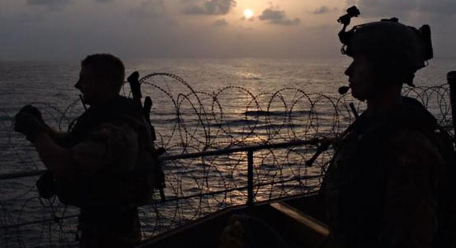 Pigtrådsafspærringerne langs rælingen var klippet over, og besætningen kunne fortælle, at de havde oplevet tegn på, at der havde været pirater om bord.