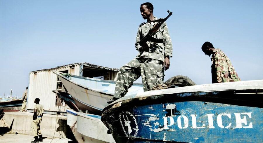 Bosaso, Puntland, Somalia. Det lokale politi viser deres politibåd frem. Nu er de stukket af med en båd, de skulle passe på.