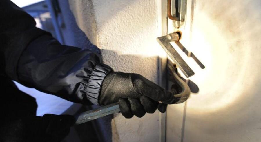 - Det bedste, man kan gøre, er at give tyven nogle dårlige arbejdsbetingelser. For eksempel er det meget vigtigt, at dørene også er låst indefra og kun kan låses op med en nøgle. Det betyder, at store dørpartier som hoveddør og terrassedør ikke kan benyttes til at slippe væk igen. Det bryder tyvene sig absolut ikke om, for det lille vindue, de måske kom ind ad, kan fladskærmen og de andre tyvekoster sandsynligvis ikke komme ud ad, siger Riccardo Krogh Pescatori, konsulent i Forsikringsoplysningen.