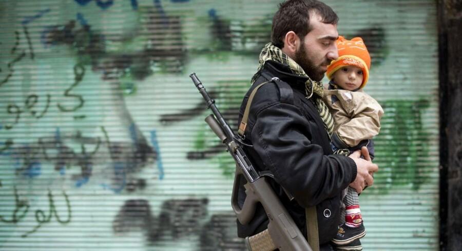 En oprører bærer sit barn hjem efter fredagsbønnen i Aleppo. Byen er en af de mest bombede og ødelagte i den snart to år lange konflikt i Syrien. Hidtil har det internationale samfund ikke kunnet enes om intervention. Et angreb med kemiske våben kan ændre det, siger USA og briterne.
