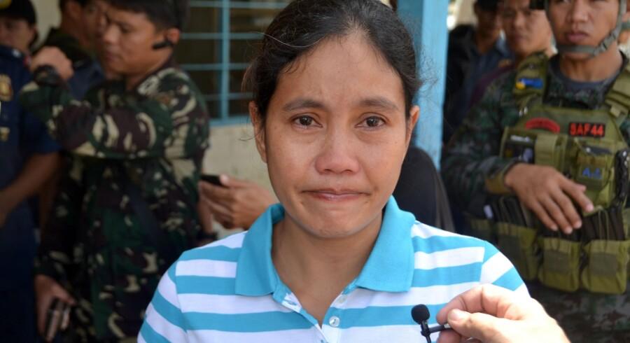 Marita Flores blev taget som gidsel sammen nordmanden Kjartan Sekkingstad og to canadiske mænd i september sidste år. Her ses hun ved frigivelsen i juni, efter hendes canadiske kæreste ugen forinden blev halshugget. Scanpix/Str