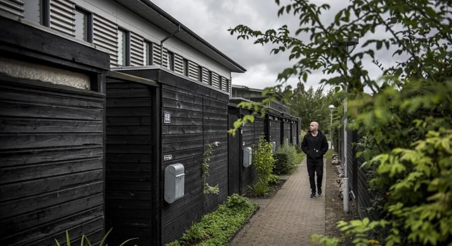 Morten Pape ved sit barndomshjem på Kurvemagerstien. Han flyttede tilbage til Urbanplanen i en kort periode, mens han skrev sin bog, og bor i dag ved Lergravsparken.
