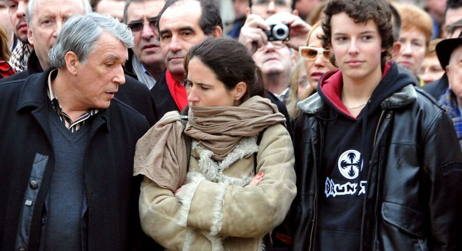 Mazarine Pingeot, her til en mindehøjtidlighed i anledning af hendes far Francois Mitterands dødsdag. Hun står sammen med sin halvbror Gilbert Mitterand og dennes søn.