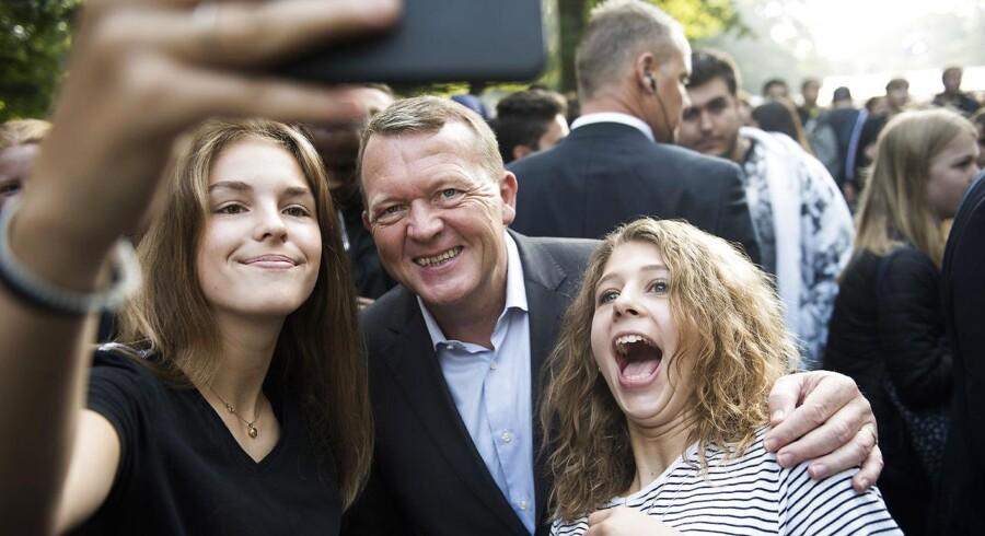 Statsminister Lars Løkke Rasmussen stillede velvilligt op til selfies, da han torsdag besøgte Ungdommens Folkemøde -en demokratisk festival for unge, der for første gang afholdes i Søndermarken i København den 8. og 9. september 2016.