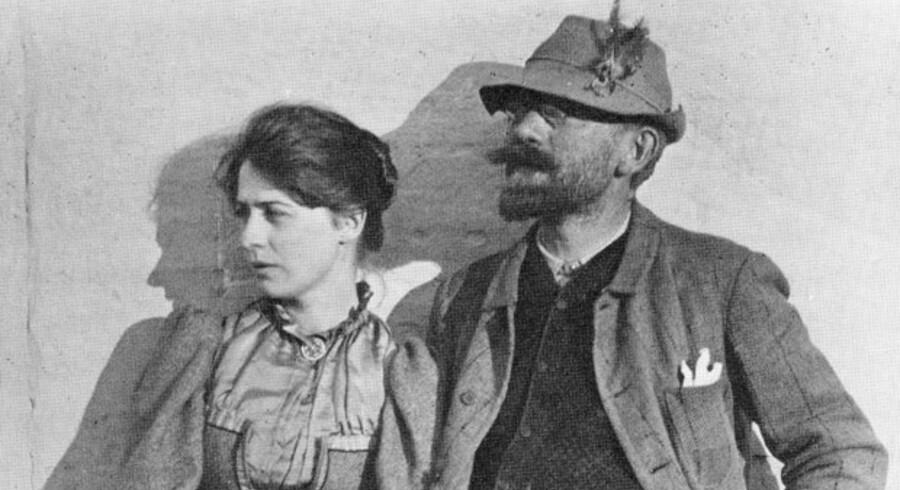 Kunstmaleren Marie Krøyer (1867-1940) var kunstnerhustruen, der bl.a. inspirerede P.S. Krøyer (1851-1909). Her er ægteparret fotograferet på Skagen i 1892.