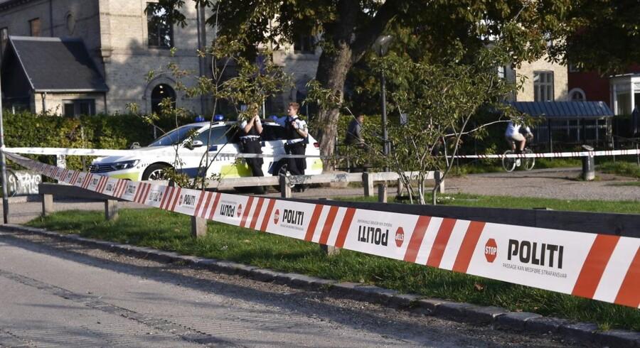 Politiet har afspærret et område ved søerne