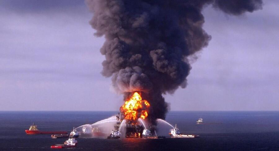 Da der blev kæmpet for at slukke ilden omkring olieudslippet i Den Mexicanske Golf. Olieudslippet koster nu BP 26 milliarder i bøde.