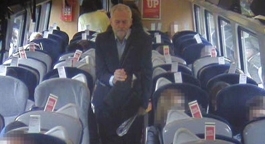 Labour-leder Jeremy Corbyn er kommet i modvind efter at han har udsendt en video fra et tog, der tilsyneladende er så overfyldt, at han må sidde på gulvet i mellemgangen. Virgin, der driver togstrækningen, har imidlertid frigivet overvågningsbilleder, der viser, at der er masser af ledige pladser i toget. Sæderne på dette foto er dog reserverede. Foto: Virgin Trains