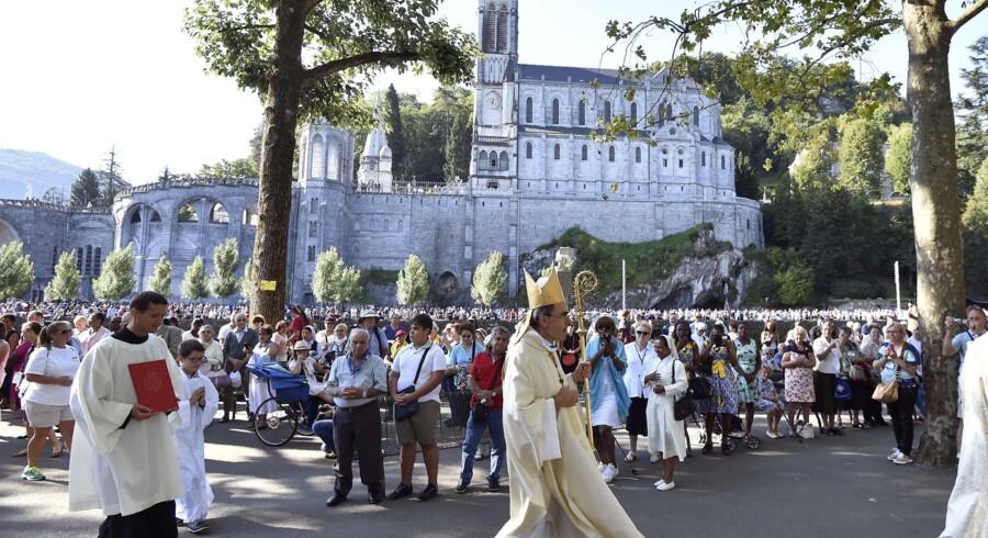 Mandag kulminerer fejringen af Jomfru Marias opstigning til himlen i den franske by Lourdes, hvor 25.000 pilgrimme er samlet. Scanpix/Pascal Pavani
