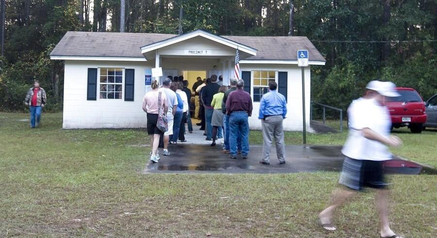Her stemmes der ved at lille valgsted i Wakulla County 6. november. Stemmerne i Florida er stadig ikke talt op.