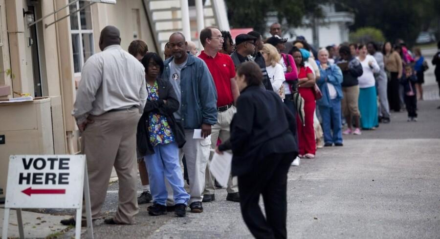 Køerne til stemmeboksen var tirsdag alenlange i mange af Floridas valgkredse. Her er det en mindre kø i St. Petersburg i Tampa, Florida.