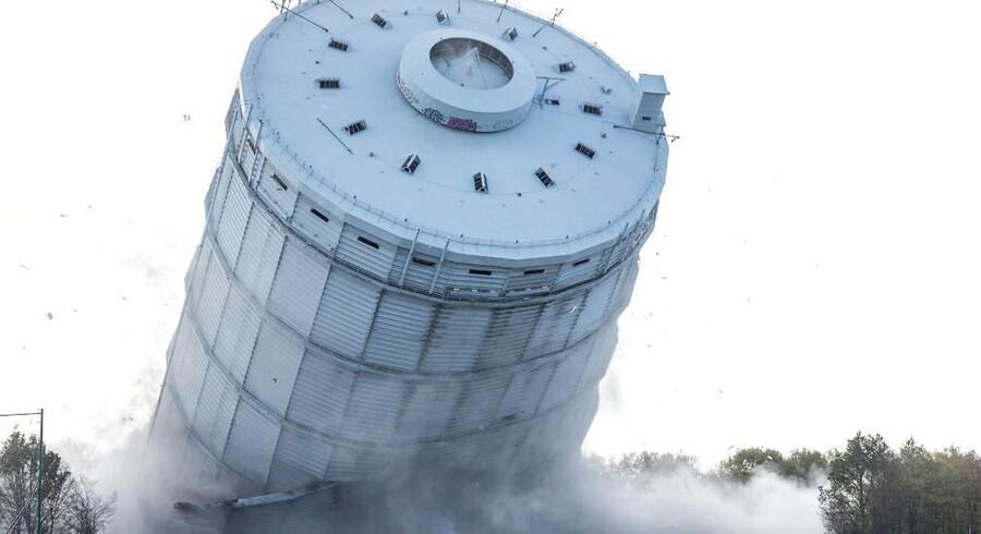 Succesfyldt og med ynde faldt det 108 meter høje blå gastårn i den københavnske bydel Valby. Klokken 12.01 lød eksplosionen og klokken 12.02 lå tårnet ned. Til selve sprængningen er der brugt 50 kilo sprængstof, hvilket fik beholderen til at styrte mod jorden, som når man fælder et træ, og lande på en fodboldbane ved siden af.
