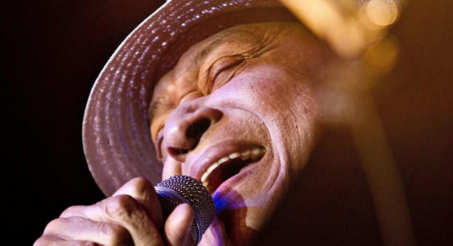 Al Jarreau sang kun en enkelt sang i første halvleg, som han ellers havde overladt til Joe Sample og big band.