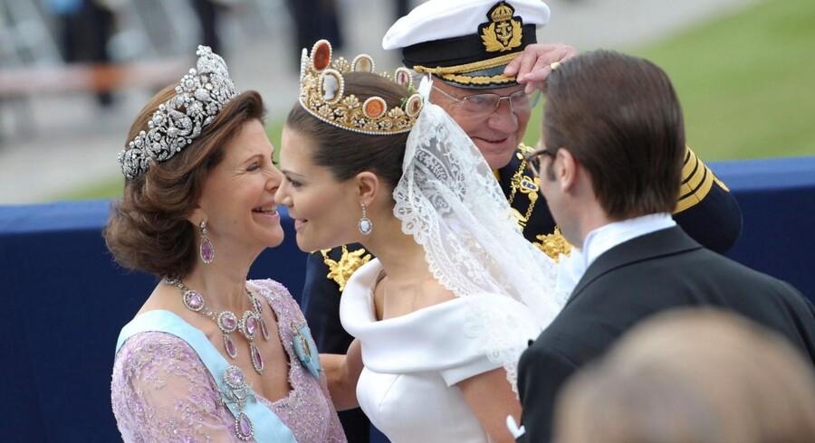 Sveriges dronning Silvia lykønsker kronprinsesse Victoria. I baggrund ses Kong Carl Gustaf og i forgrunden er det Victorias ægtemand prins Daniel.