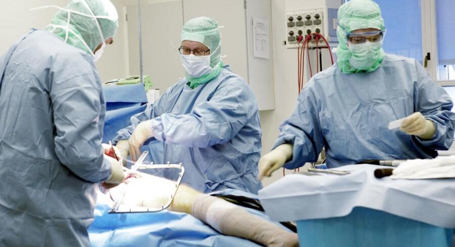 Det kan blive en dyr fornøjelse, hvis man skal opereres i udlandet og ikke har den fornødne forsikring. Arkivfoto: Scanpix