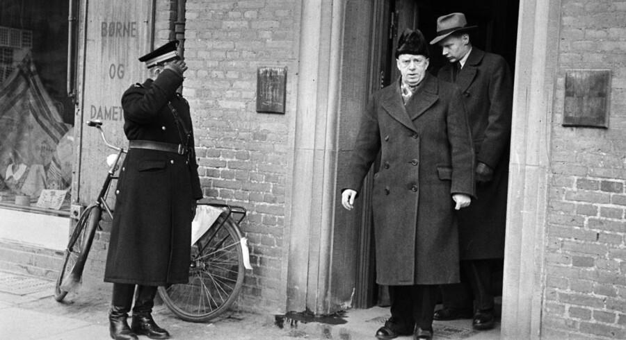 Den 20. februar 1948 blev ægteparret Jacobsen fundet dræbt i deres lejlighed på Peter Bangs Vej. Det er senere blevet kaldt århundredets største uopklarede mordgåde i Danmark. Politifolk kommer ud fra opgangen på Peter Bangsvej nr. 74, mens politibetjenten.