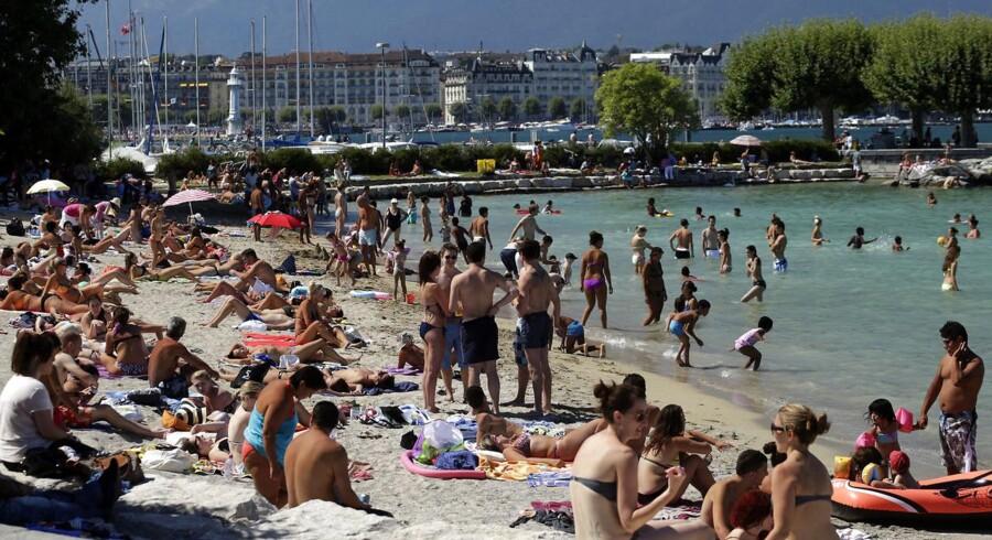 Genevesøen, der engang i fremtiden kan blive ramt af en katastrofal tsunami, bliver benyttet flittigt af de én mio. mennesker langs søens bredder - bl.a. til badning. Foto: Denis Balibouse/Reuters