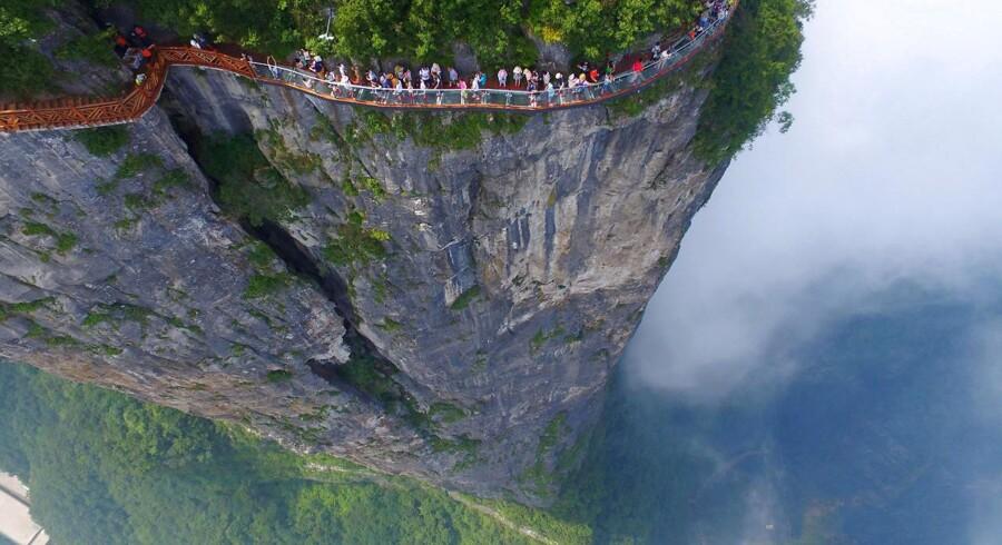 Glasbroen langs dele af Tianmen-bjerget er sammenlagt 100 meter lang og giver på grund af glasbunden et klart billede af dalen.