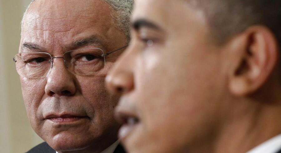 Tidligere udenrigsminister under Bush, Colin Powell (tv) stemmer igen på Obama.