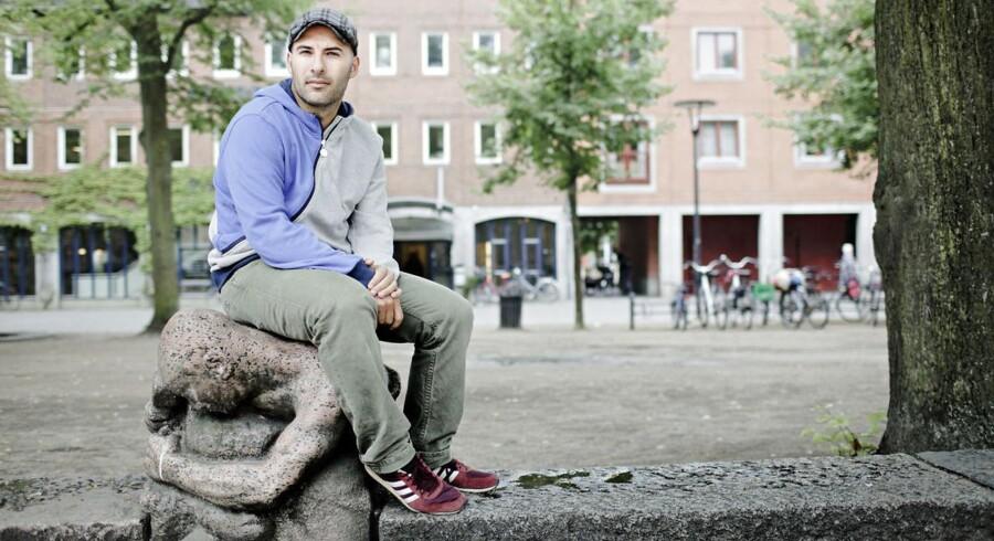 Lars Aslan Rasmussen på Blågårds Plads ved siden af Rantzausgade, hvor den jødiske forening af kommunen blev opfordret til at pakke flagene væk.