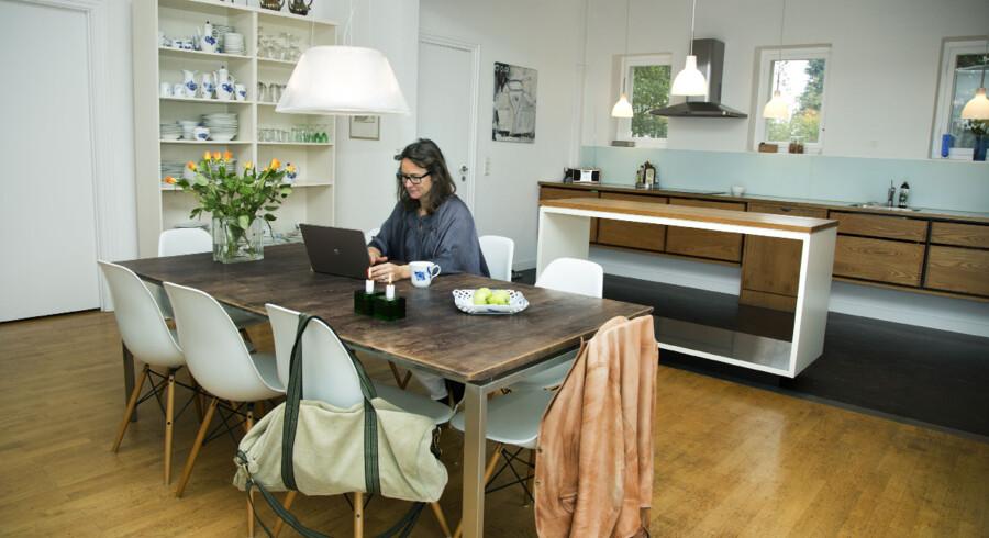 Køkkenet er indrettet med en effektfuld blanding af nyt og gammelt. Ved spisebordet har Elizabeth Skytte en vellidt arbejdsplads.