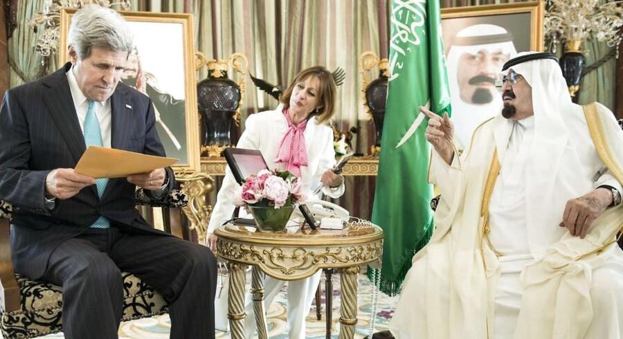Saudi Arabien vil åbne det 500 milliarder dollar store aktiemarkedet op for udlændinge. Her ses Kong Abdullah bin Abdulaziz med den amerikanske udenrigsminister John Kerry