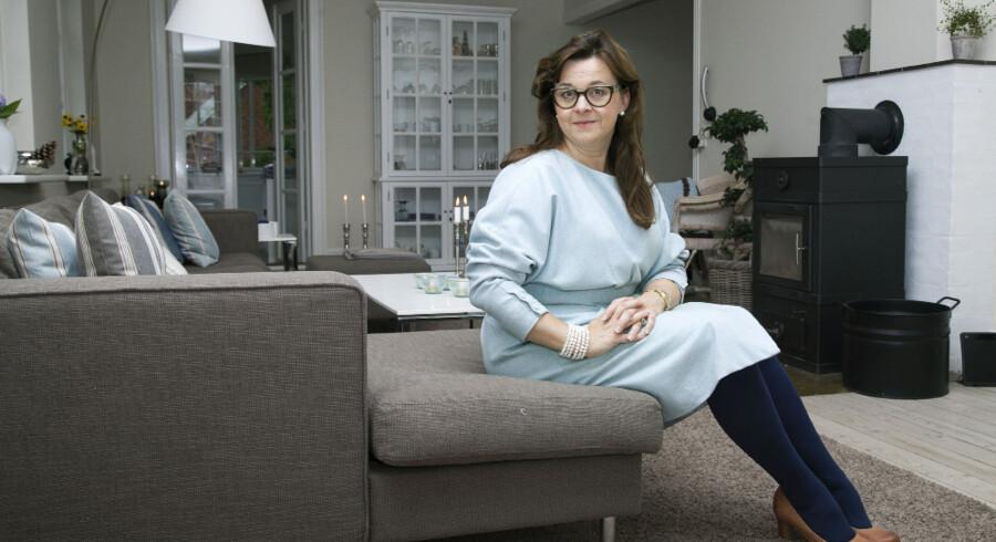 Annette Spanggaard havde altid elsket den hvide patriciervilla i Fredensborg, som hun nu bor i med sin familie. Stuen er aflang, og derfor har parret valgt en lang sofa uden traditionelle lænestole overfor, men i stedet med et hvidt corianbord, som de selv har lavet.