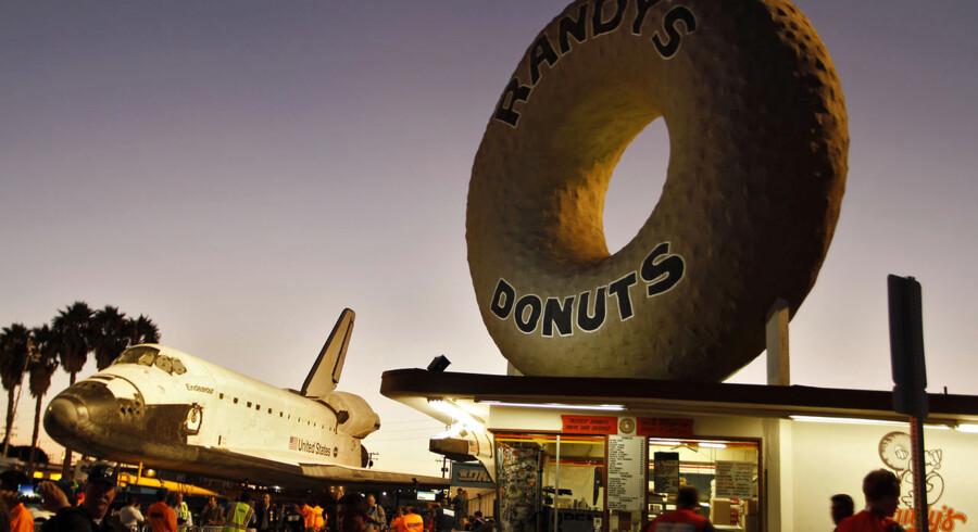 Turen fra Los Angelse International Airport til sidste hvilested tager to dage ved en gennemsnitsfart på 3,2 km i timen