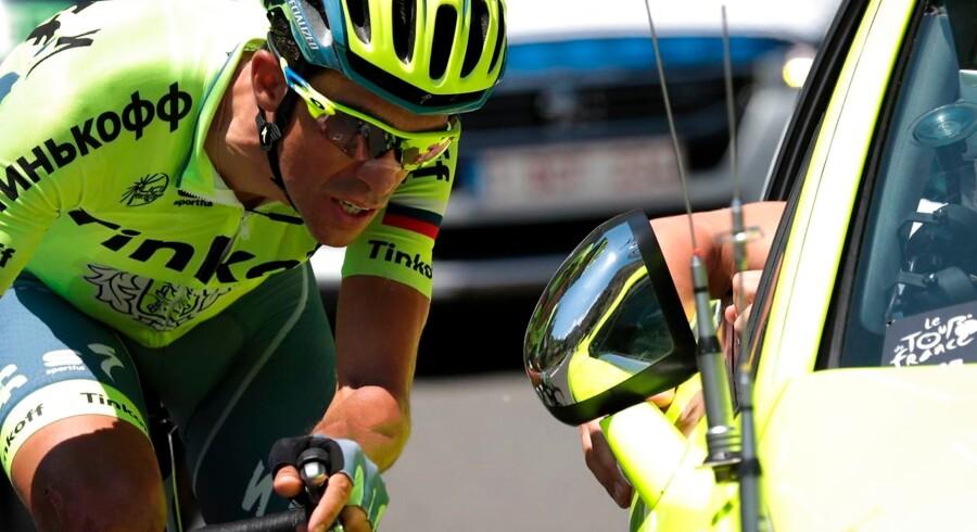Alberto Contador taler med holdbilen under etapen.