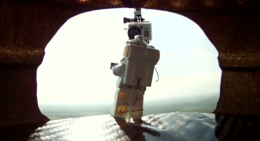 Sandhedens øjeblik: Lego-Felix er klar til at lade sig falde fra 122 meters højde. I skrivende stund har over 8 millioner set det frie fald, hvilket er lige så mange, som så Felix Baumgartners fald direkte på YouTube.