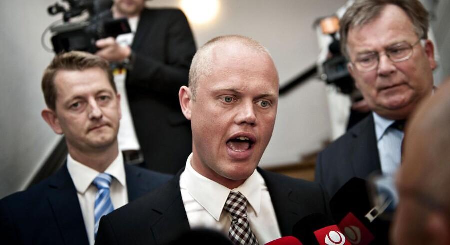 Venstres Torsten Schack Pedersen (til venstre), Peter Christensen Claus Hjort Frederiksen på vej til forhandlinger med regeringen - nu vil Venstre sløjfet afskaffelsen af skattereglerne for udstationerede.